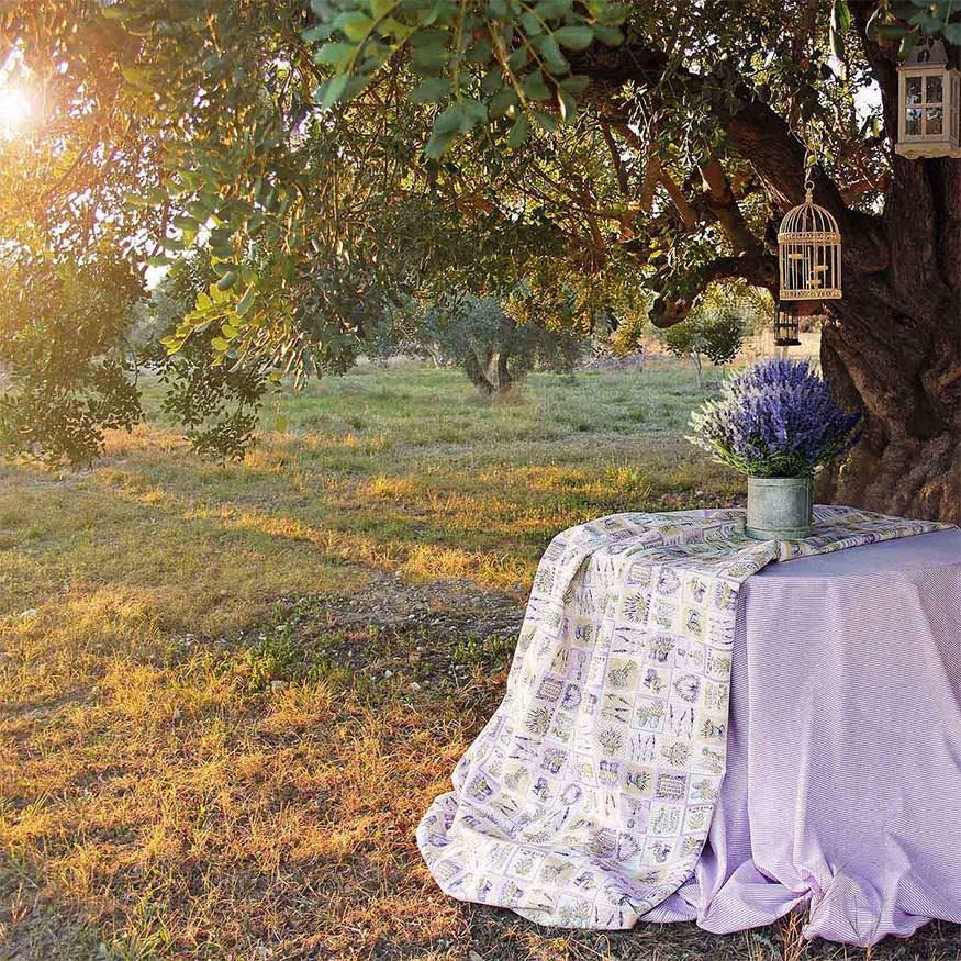 Tejido loneta estampada con motivos de lavanda estilo provenzal